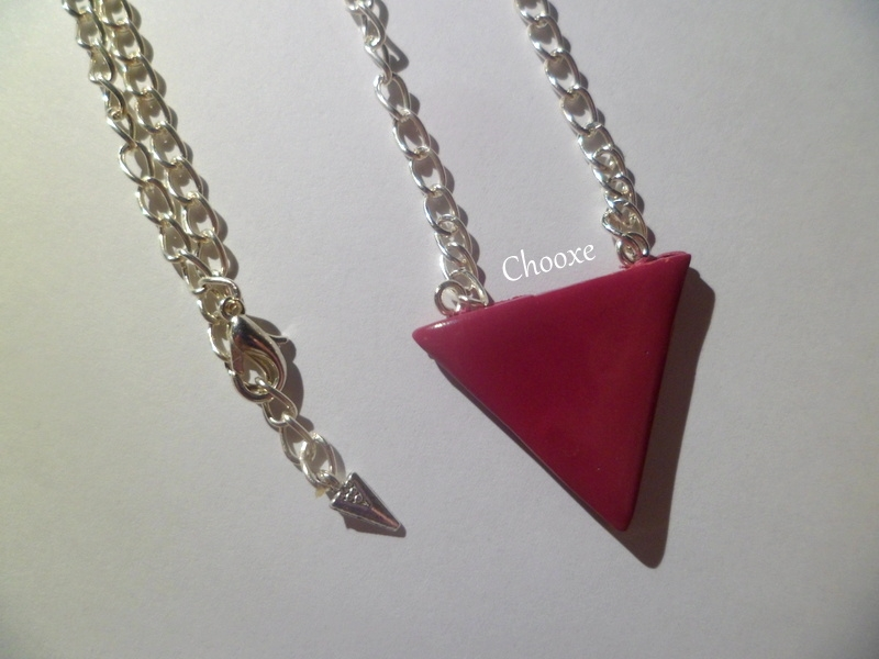 Collier triangle bordeaux