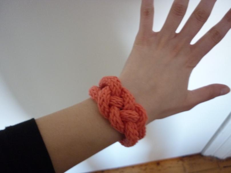 Bracelet tricoté à la main couleur corail